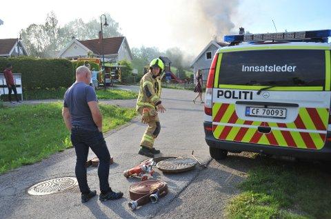 TØMTEVANNRØRA:Fra slukkearbeidet under husbrannen på Slattum lørdag kveld.