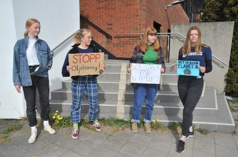 KLIMASTREIK: Med plakater utenfor Nittedal rådhus fredag; f.v. Helene Skinstad van der Kooij (13), Annika Skinstad van der Kooij (16), Eirill Monrad Haslum (16) og Kristine Lyckander (16).