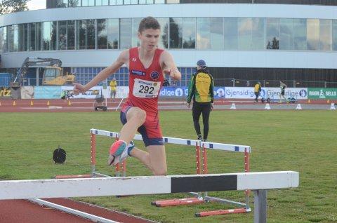 GULLGUTT: Simen Gløgaard Stensrud (15) vant 1500 meter hinder som han ville da årets UM (NM for yngre) startet på Jessheim.