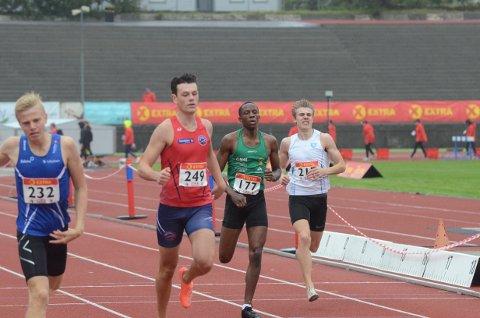 IKKE FORNØYD: Sebastian Plows (i rødt) var ikke fornøyd med å ikke komme til finalen på 400 meter under hoved-NM. Nå bytter NIL-løperen trolig klubb.