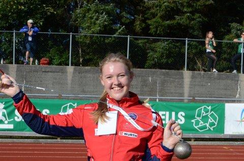 FORNØYD: Tirill Lappegård ble nummer tre i slegge på junior NM. Det var hun godt fornøyd med.