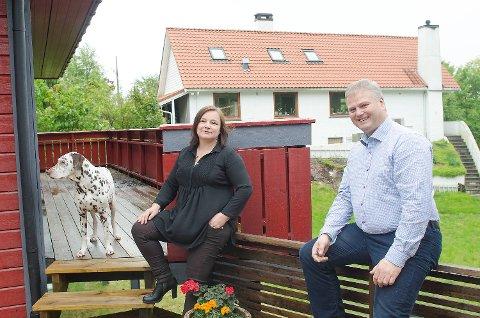 Merete og Oddvar Sandtorv bygget eneboligen sin ved Paradis rett etter årtusenskiftet. Nå har ungene flyttet ut, og paret har kjøpt en ny leilighet. Eneboligen kommer til å bli solgt med god fortjeneste. Foto: Yngve Johnsen