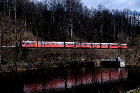 Oslo  20160419. Gjøvikbanen er jernbanen mellom Oslo og Gjøvik.  Her passerer toget ( NSB type 69) demningen i Nydalen (Oslo). Foto: Vidar Ruud / NTB scanpix