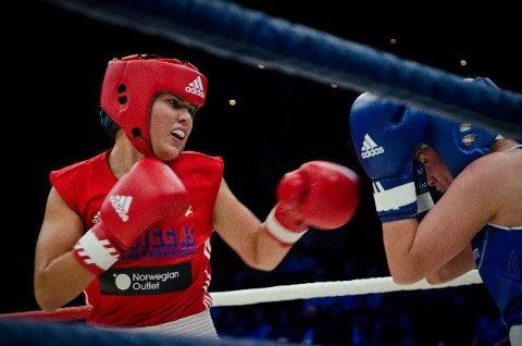 Madeleine Angelsen vant finalen i Legacy Box Cup. Her ser vi Angelsen i en forkamp til Cecilia Brækhus sitt ene arrangement i Oslo Spektrum.