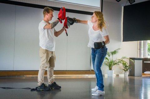 Slo fra seg: Jeanette får ut frustrasjonen gjennom boksing. Under foredraget måtte boksehanskene frem for å lette på trykket.