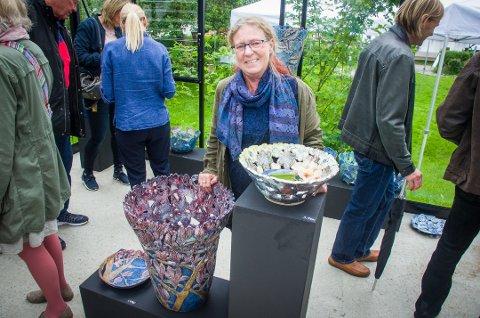 Keramiker Hanne Kristi Lunder får Vestby kommunes kulturpris for 2017. Her fra åpning av utstilling i hjembygda Son i sommer.