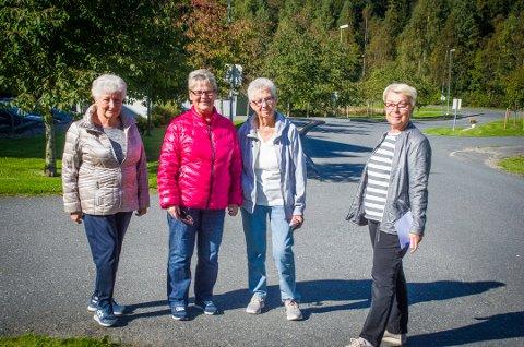 Venter på at bussen skal komme til Sole: Gunhild Østgård, Inger Rustand, Kirsten Hansen og Kamma Tangstad