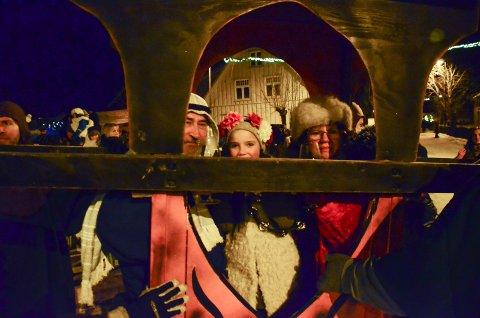 BLE HEDRET: Knut og Anne Pettersen med barnebarnet Lykke ble båret rundt i bygda i bærestol.