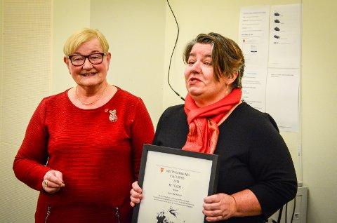 FIKK KULTURPRISEN 2018: Monica Lien Kjønsø (t.h) mottok Vestby kommunes kulturpris 2018 på vegne av Såner skolekorps. Juryeleder Ragnhild Lervik Johansen overrakte prisen.