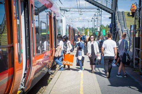 KONKURRANSEUTSETTES: Driften av sporene, signalanlegget og kjøreledningene på Østfoldbanen skal etter planen legges ut på anbud i løpet av 2024 og vinneren av anbudet tar over i 2026.