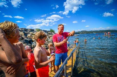 VARMT I VANNET: Jon Alfred Sønes sjekker badetermometeret som viser 19,5 grader i vannet på Krokstrand,