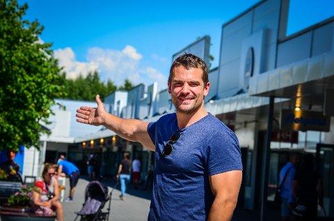 VIL TREKKE FLERE TIL VESTBY: Retail manager Daniel Thorp hos Norwegian Outlet.