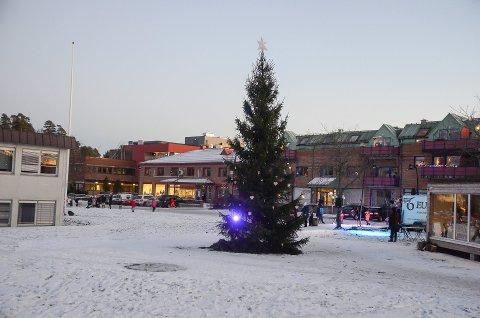 FLYTTET: Julegrana her foran rådhuset er historie. I år er grana flyttet på grunn av byggearbeidene.