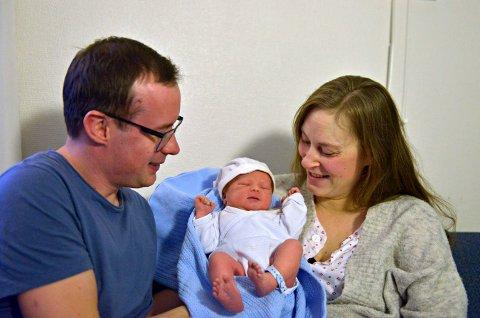 NYFØDT: Eine Andreas er nyttårsbarnet på Kongsberg sykehus. Her med mor Christine og far Espen Grønli
