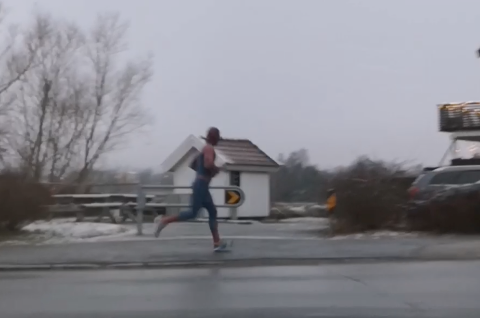 SUPERHELT: Det er fortsatt et mysterium hvem som befinner seg bak dette Spiderman-kostymet.