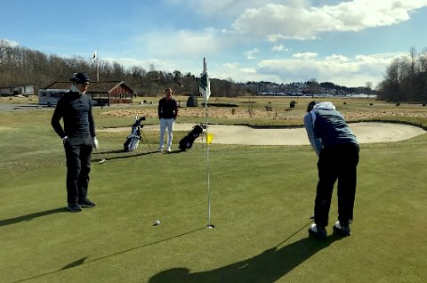 STRØMMER TIL: Mange har booket tid tid på golfbanen i Son kommende helg.