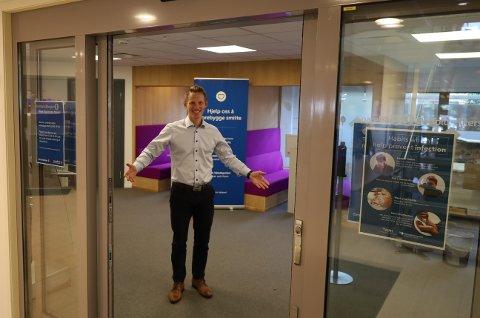 ÅPENT: Banksjef Martin Frøland i Sparebank1 Østfold Akershus har igjen åpnet dørene for kundebesøk i lokalbanken.