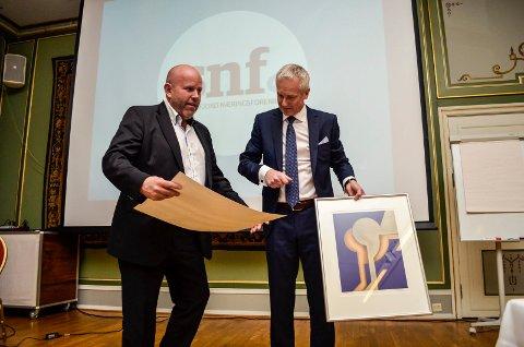 FIKK PRIS: Øystein Seim (til venstre) og Seim Maskin AS fikk 50.000 kroner og en plakett som et synlig bevis på at firmaet er tildelt gründerprisen. Til høyre prisutdeler Roar Kaupang.