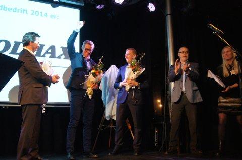 VINNER: Volmax og Grant Larsen (nummer to fra venstre) trakk det lengste strået. Til venstre står administrerende direktør Roger Ringstad i Seagull Maritime, og til høyre for vinneren administrerende direktør Frode Granlund i Pilot Flyskole. Til høyre for de nominerte står Larvik-ordfører Rune Høiseth og daglig leder Marit Sagen Gogstad i Sandefjord Næringsforening.
