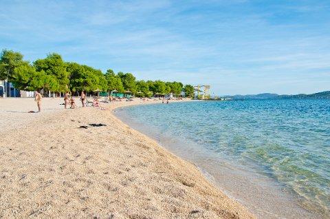 STEINER: Kroatia har knapt sandstrender, men store eller små steiner og svært klart vann.