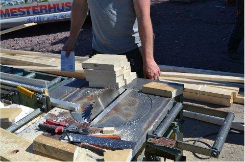 FARLIG: På byggeplassen i Horten fant Arbeidstilsynet denne saga med usikret og åpent sagblad. Kutt og fingerskader forekommer for ofte i byggebransjen.