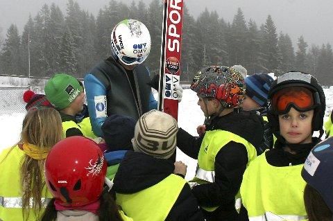 Omsvermet: Ingen tvil om at Phillip Sjøen var den store helten da en skoleklasse besøkte Midtstubakken tirsdag.foto: torbjørn larsen
