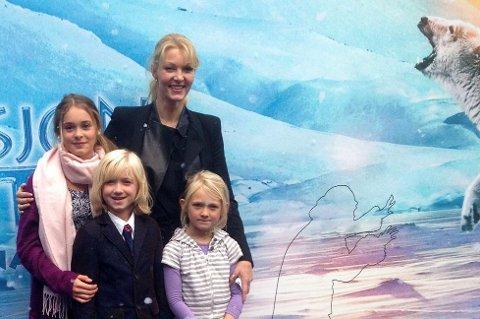 Fra premieren på Operasjon Arktis. Her ser vi fra venstre Kaisa Gurine Antonsen, Leonard Valestrand og Ida Leonora Eike sammen med regissør Grethe Bøe-Waal. (Foto: Privat)