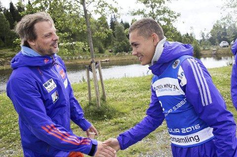 Landslagssjef Alexander Stöckl og skihopperen Phillip Sjøen i Midtstubakken. Foto: Terje Bendiksby / NTB scanpix