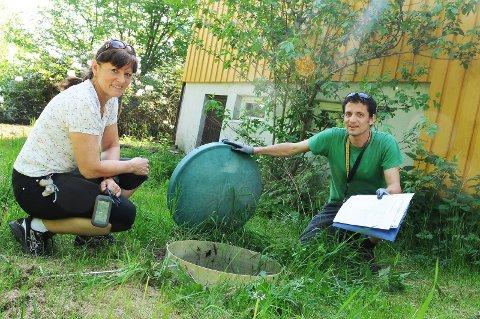 Vann: Wenche Dørum og Andrew Bennett kartlegger private avløp på Nesodden i 2012.Arkiv