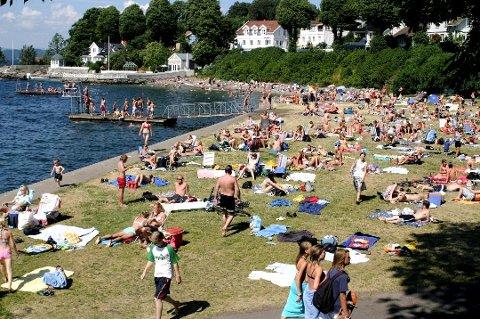 PARRSTRANDA: En av Drøbaks mest populære badestrender. Flere steder innerst i Oslofjorden meldes det nå om badetemperaturer opp mot 22 grader. Foto: Birgitte G. Kirkholm