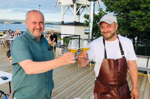 Varaordfører Erik Adland og Dag Tjersland skålte i «landets beste alkoholfrie øl» foran klokketårnet onsdag kveld.