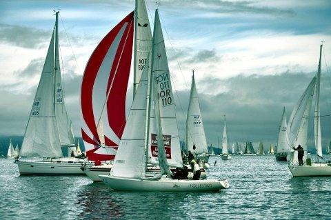 START: Det er tett mellom båtene når starten går i Hollænderseilasen.