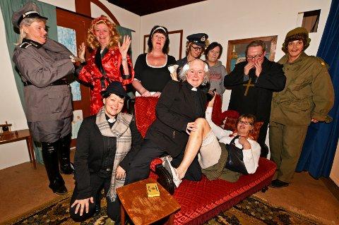 """Dette kunne blitt en god mulighet til å trimme lattermusklene. Jaer ungdomsforenings teatergruppes hadde planer om å sette opp """"Panikk i Prestegården"""" 20.-, 21.- og 22. mars i år med skuespillerne Anja Krange Akre, Jøril Elton Sivertsen, Kristin Alexandersen, Ulrika Wennberg, Heidi Haugen, Kathrine Carlstad, Hilde Høgmoen, Sverre Bratlie og Vivi Stenset..  Slik gikk det ikke da koronaen kom."""