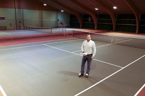 GLEDE: Magnus Holmqvist i Drøbak Tennisklubb gleder seg over tildelingen fra Sparebankstiftelsen DNB. Nå blir det nytt varmeanlegg og forbedret lys i tennishallen.
