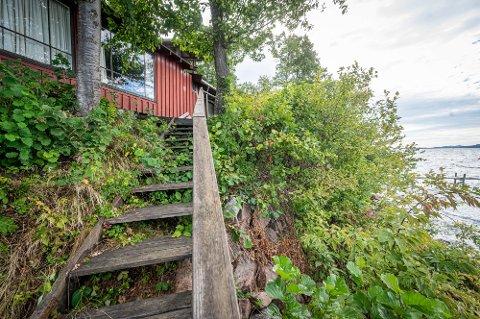Hytta til familien Låker er en av eiendommene som er hardest rammet av erosjon i Breivika. Trappa henger i lufta og gulvet heller mot sjøen.