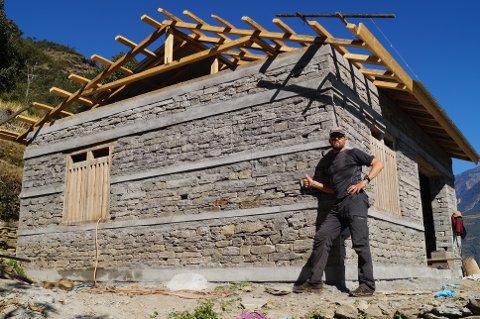 Geir Kippenes har vært pådriver for å bygge åtte jordskjelvsikre skoler rett ved selve episenteret – med til sammen rundt tusen elever.