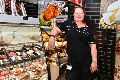 Butikksjef Ann-Christin Foslund i Spar Fagerstrand, viser stolt fram den nyinnredete ferskvareavdelingen som har blitt et populært innslag i butikken . Ikke minst på grunn av et stort utvalg småretter.