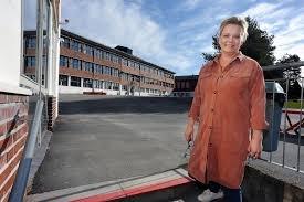 Cathrine Sakariassen Sandsmark deler ut ros til både elever og lærere ved Ski ungdomsskole. FOTO: Arkiv