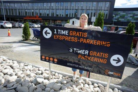 NYE REGLER: I sommer endret Vinterbro senter parkeringsreglene til 3 timer gratis parkering, med unntak av plassen nærmest senteret, der det kun var 1 time gratis. Nå blir alle p-plassene gratis de 3 første timene, sier senterleder Grethe Johnsen.
