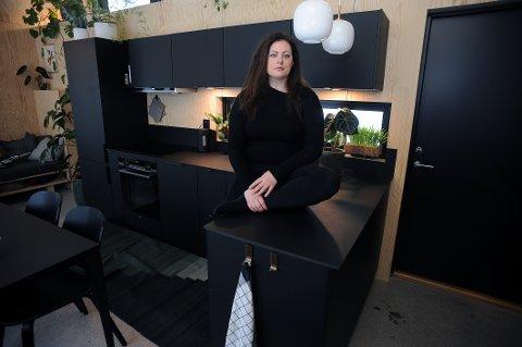 MISFORNØYD: Kirsten Westergaard er misfornøyd med servicen og arbeidet som har blitt gjort med kjøkkenet hun kjøpte fra Kvik Kjøkken Ski. Nå vil hun kreve tilbake deler eller hele beløpet for monteringen.