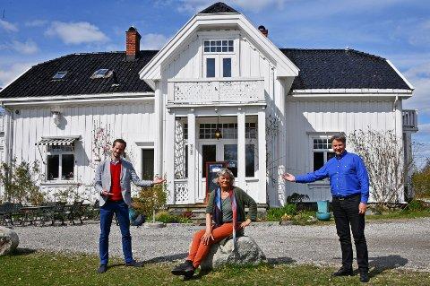 Bente Westergaard og Kunstkafeen på Hellviktangen er blant dem som har mottatt kompensajonsmidler til lokalt næringsliv. Noe ordfører Eivind Hoff-Elimari og næringsrådgiver Odd Fylling synes  er velfortjent.