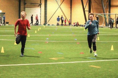 Testet toppfarten: Ole Eirik Dahl, t.h., og Sondre Bjørnseth kom rett fra Tolgastafetten for å prøve seg på 60 meteren inne i Nytrømohallen. Dahl var raskest i klassen gutter under 16 år.