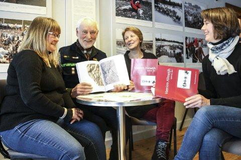 STOLT: De er både godt fornøyd og stolt over årets utgave av Fjell-Folk, som har fått både norsk og sørsamisk tekst. Fra venstre: Jenny Fjellheim, Sverre Fjellheim, som er en av artikkelforfatterne, Randi Borgos og Tone Rygg.  Foto: Tor Enget