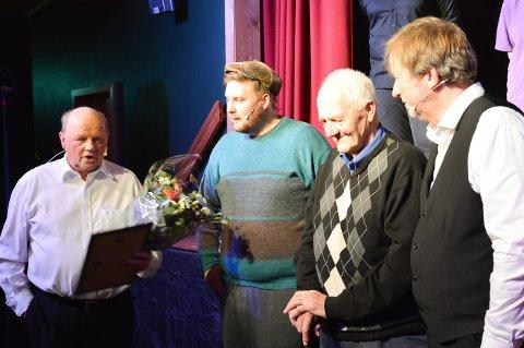 """Kjernekar: Arnstein Stensaas (fra venstre), Kristoffer Tamnes og Frode Skanke (til høyre) hedret """"bygdelegenden"""" Johannes Kokkvoll under premieren på revyen """"Piss & Løv"""" i Bjørkly torsdag kveld."""