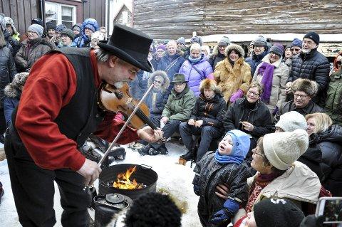 Solosang: Lille Theodor Thoresen (4) ville vise sine musikalske evner og sang «bæ bæ, lille lam» for Dalarna Femund Spellmannsllag, og fikk Lars Bjørk til å spille med.