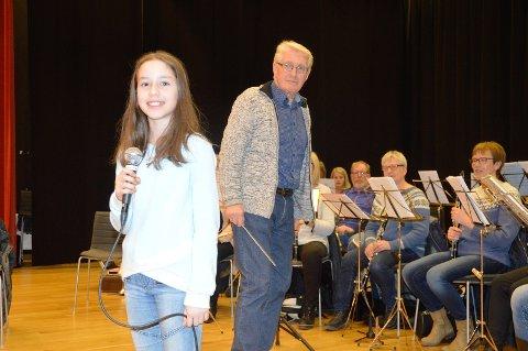 Sang elev May Iren Blanco blir godt tatt i vare på av dirigent Knut Hage, musikalsk leder av kveldens storband