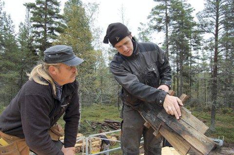 På Smithsetra: Henning Olstad og Henning Søndmør drøfter drøfter bruk av stikke tak på Smithsetra i Engerdal.