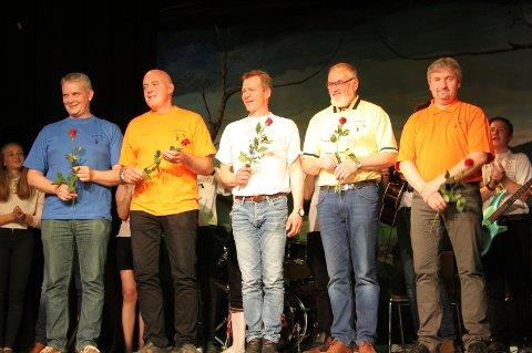 *BLE SATT PRIS PÅ: Røde roser til det riktige Hussubandet. Gjengen spilte opp til dans senere på kvelden. Per Jostein Nygård, Lars Inge Ytterhaug, Ståle Kroken, OlavBrynhildsvoll og Leif Olav Ryen er Hussbandet.