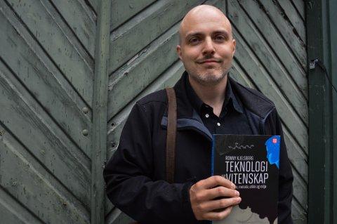 AKTUELL MED NY BOK: Ronny Kjeldsberg har gitt ut bok, som belyser den viktige sammenhengen mellom teknologisk utvikling, naturvitenskap og globale utfordringer.