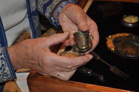 KOMPASSnåla viser? I et gammelt,men fremdeles brukbart,kompass finner en andre artige saker.